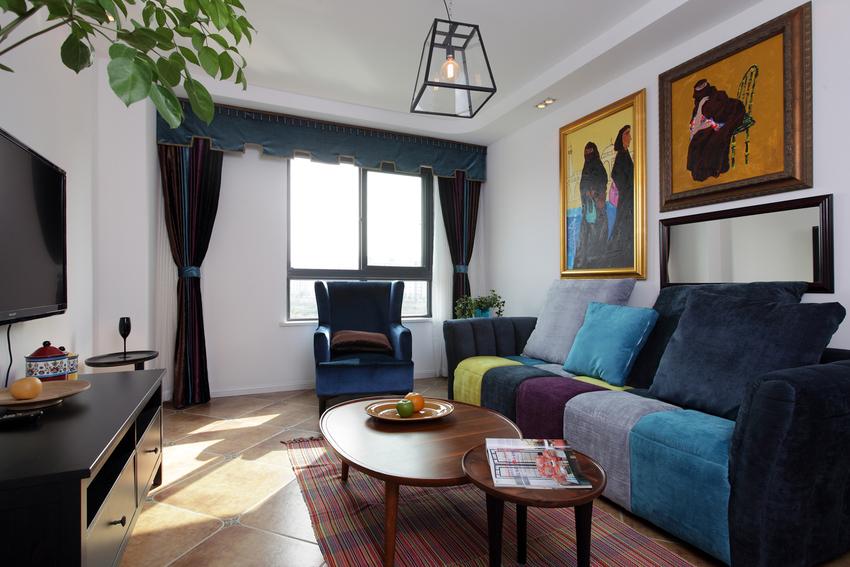 美式乡村风格地砖,带着复古的韵味,中和了五彩沙发的高调与张扬。