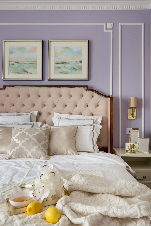 白色与紫色的搭配为空间增添了浪漫的气息,白色床品弱化了紫色带来的甜腻感。