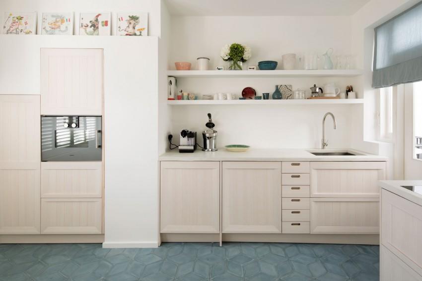 厨房内,蓝色的摩洛哥瓷砖为空间带来缤纷活泼的气息,呼应地中海式风格。