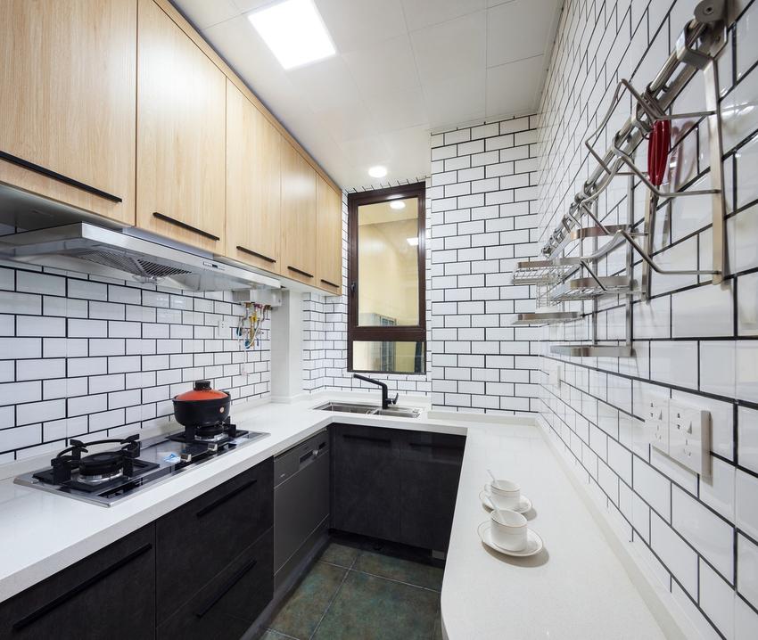 地面墨绿色仿古砖与干净的面包砖形成对比,开门位置橱柜圆角设计使进厨房动线趋于流畅。