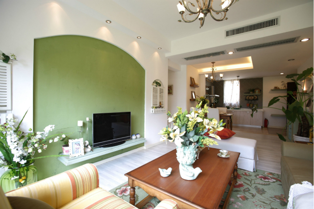 电视背景墙采用绿色加以粉饰,两边配以栅栏百叶窗设计,营造了自然生活氛围。