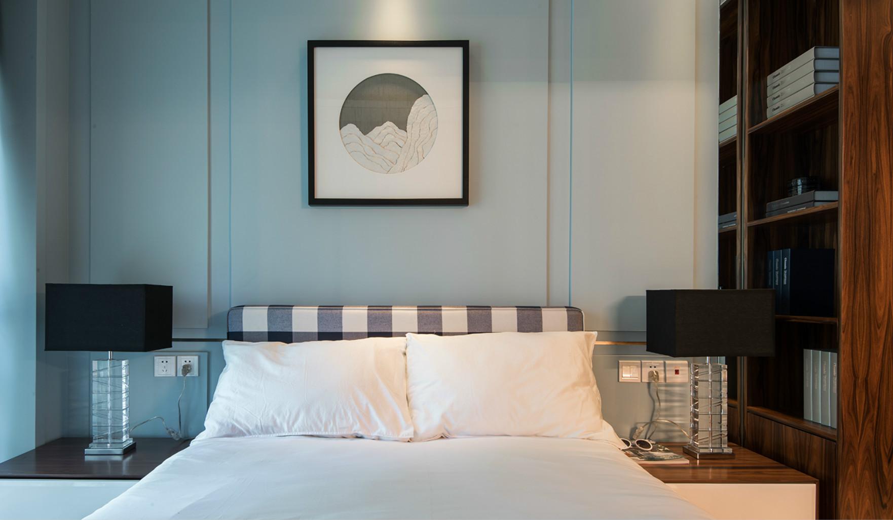 床头柜两边精致的灯,已经背景墙上的挂画很是时尚