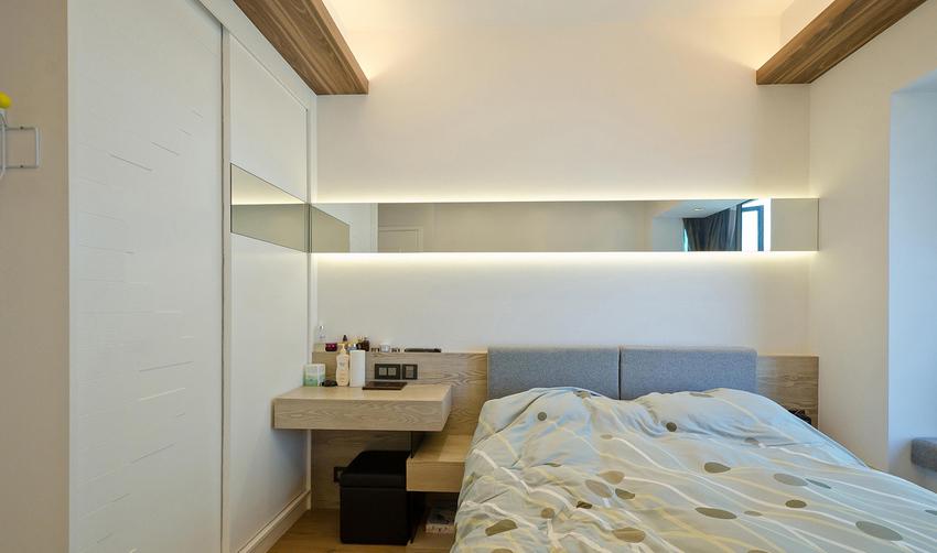 床头的折角玻璃设计,镜面发射的新奇把卧室变成了两个世界。