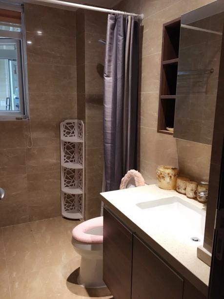 用浴帘做干湿区域的区分在小面积的卫生间里比较常见,这样大大节省了空间。