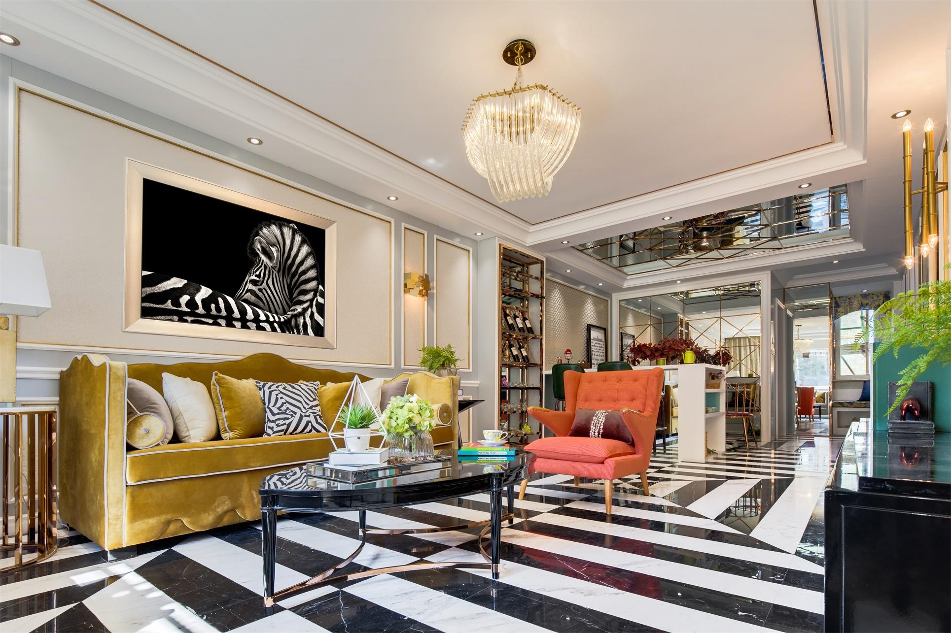 客厅动感十足,金色丝绒沙发与空间色调激烈碰撞,整体视觉精致婉约。