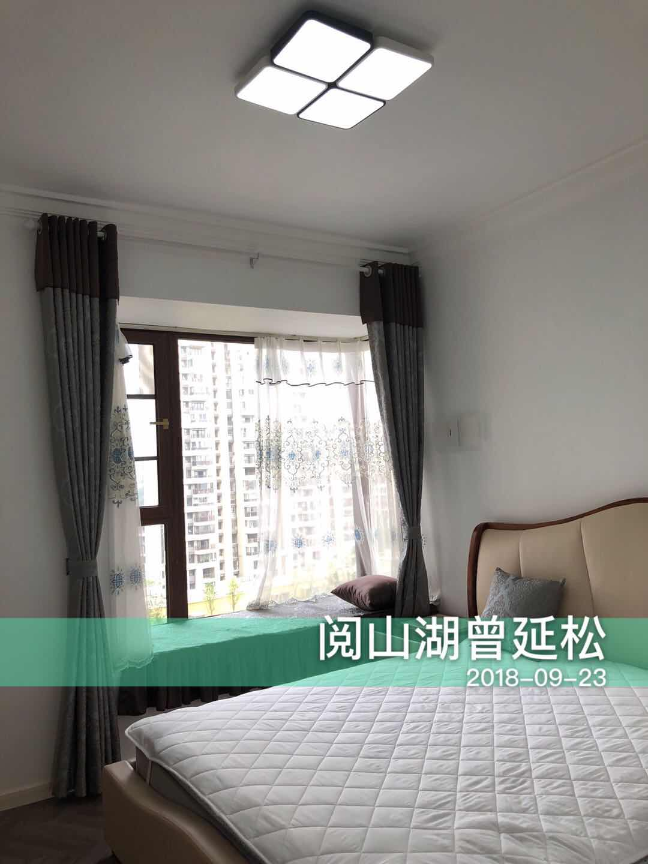 卧室清爽明亮,温馨舒适,飘窗设计让略显单调的空间有了一丝风韵。