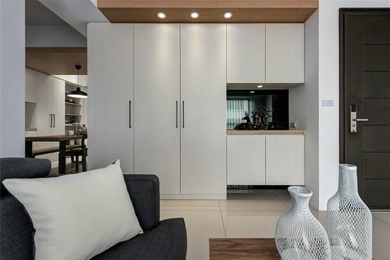 设置柜子消弭横梁形成的畸零地,展示柜底部镶贴灰镜,借由其反射特性增加立面轻盈感。