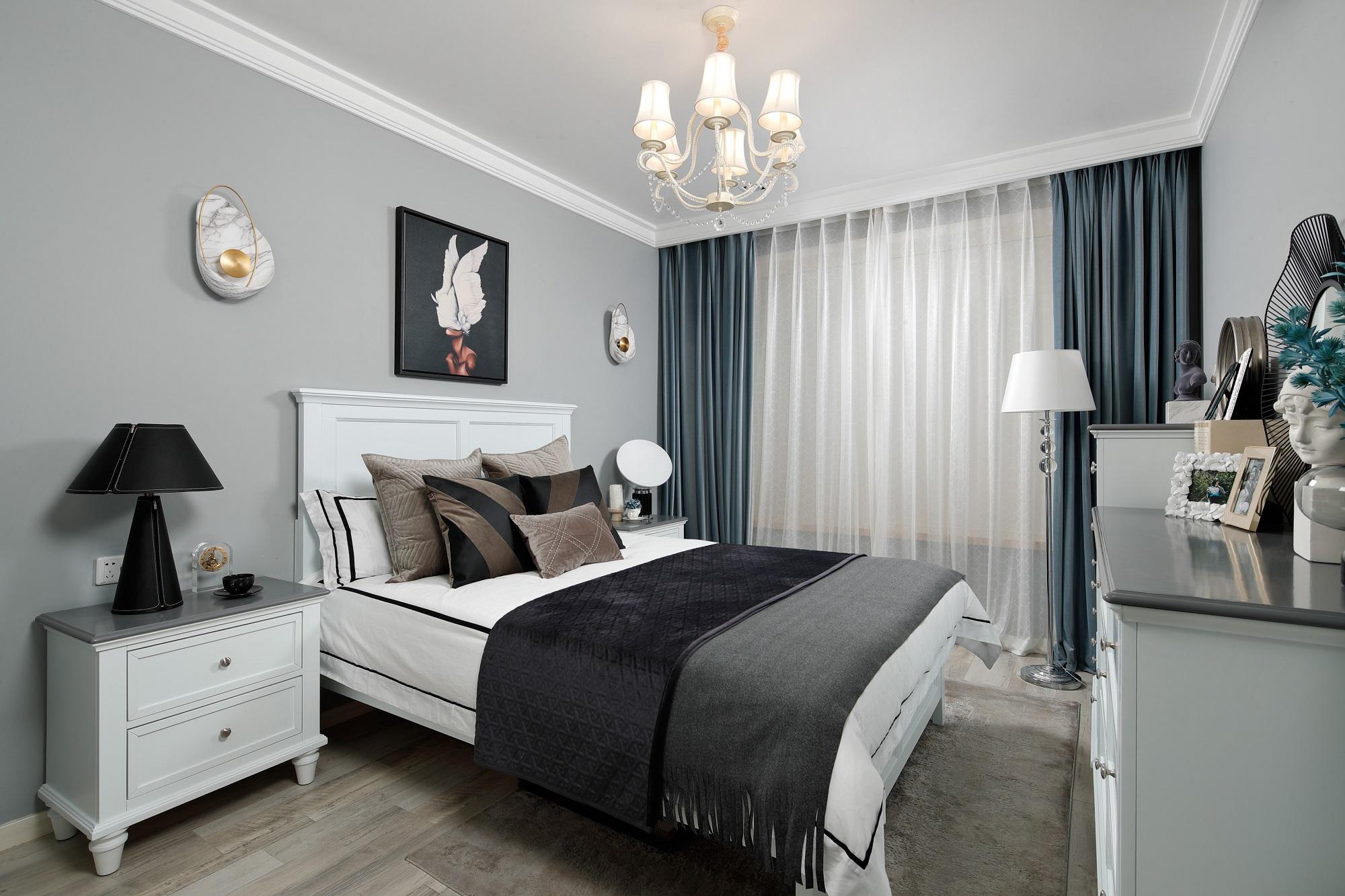 卧室的设计去掉了冷硬的大理石,选择了木质地板,营造出稳重而温馨的氛围。