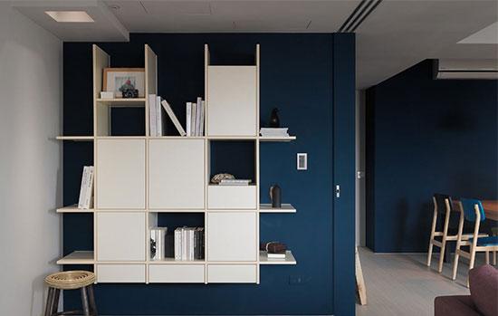 书房以井字的系统柜作为收纳,明暗的表现方式让物件有了展示与隐蔽的效果。