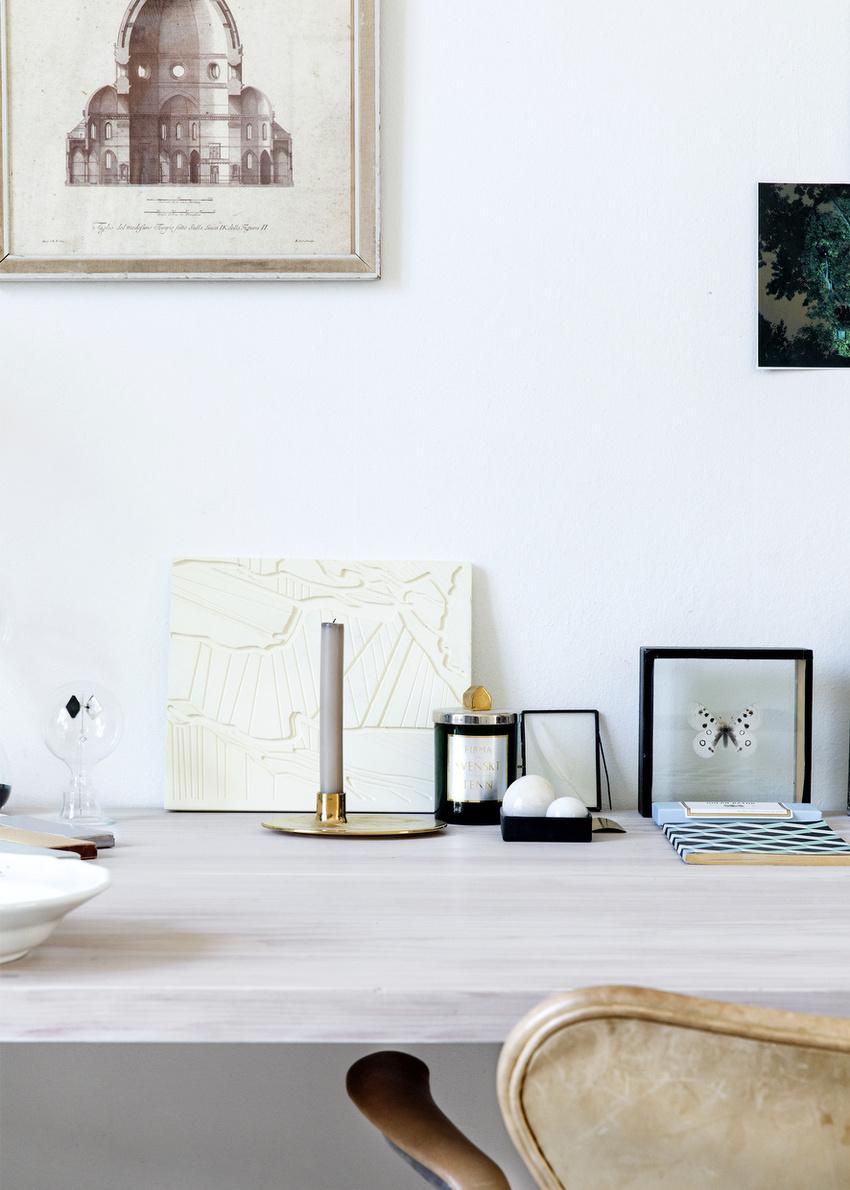 桌上的饰物,有些是旅游带回来的纪念品,有些则是手工制作的。