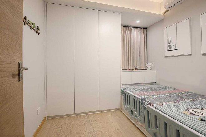 房间设计成榻榻米,更加有日式范儿了!床头设计置物台,也放置一些小物件,小空间收纳功能十足。
