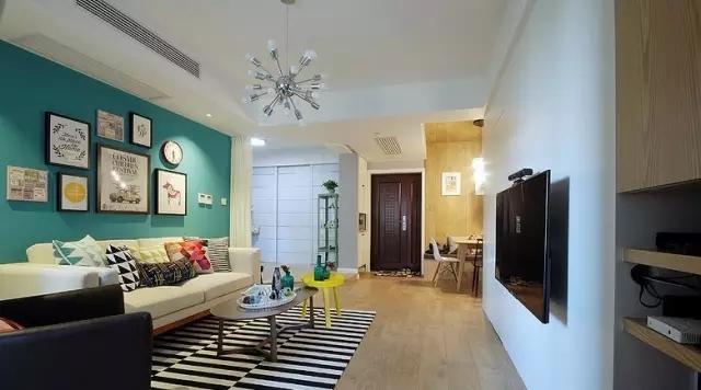 与沙发背景墙相比,电视背景墙则是纯白的简单。
