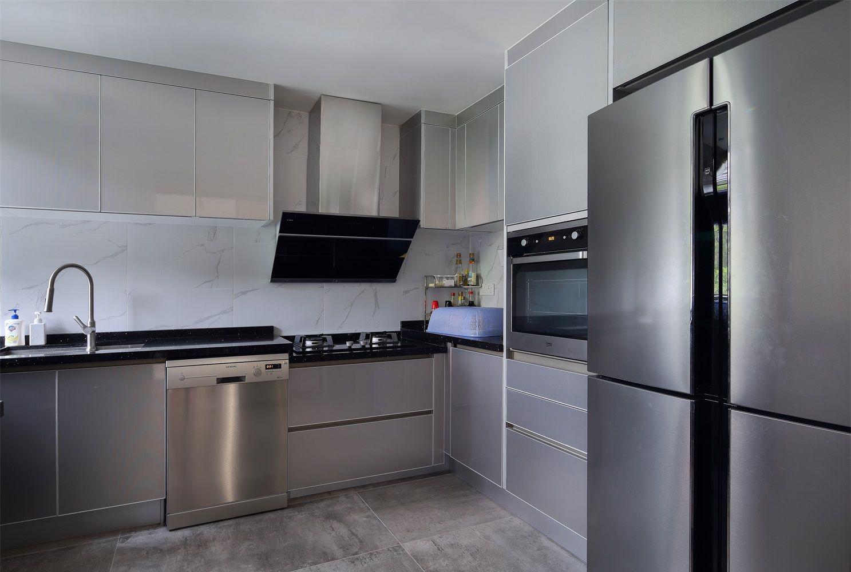 银色的橱柜和落地收纳柜,加上地板的质感,整体搭配温馨异常。