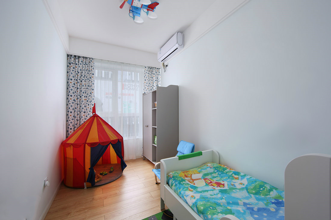 儿童房为了孩子着想,放置了一张儿童床,以及孩子嬉戏的场所,更好的有利于孩子嬉戏