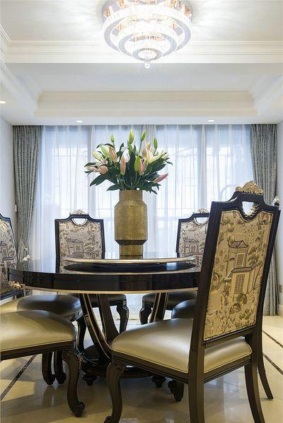 中国人的餐厅最大的特色除了变戏法一般的菜外,器具上更大特点要属圆桌了。