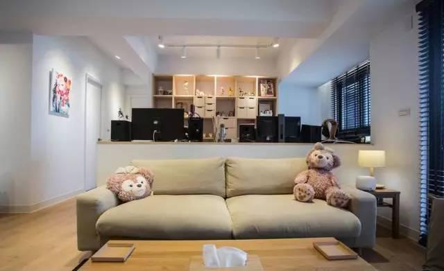 沙发一侧的小茶几,温暖的台灯,散发出柔和的光。