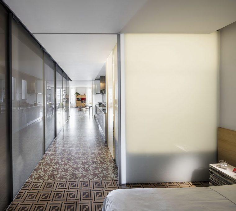 隔间采用半透明的玻璃材质,保护隐私的同时可以保留光线的穿透性。