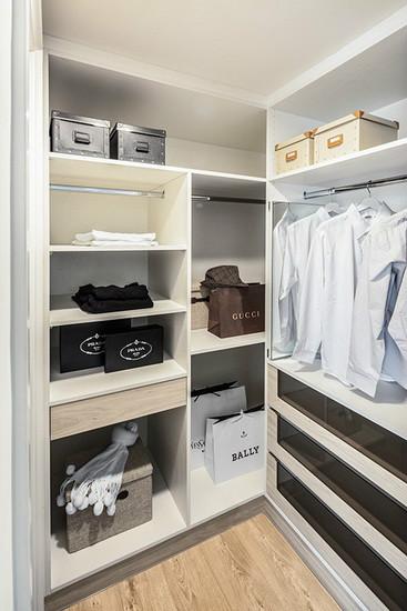 因应屋主要求,于主卧增设一间更衣室,完整的收纳规划,满足各式衣物、饰品的摆放需求。