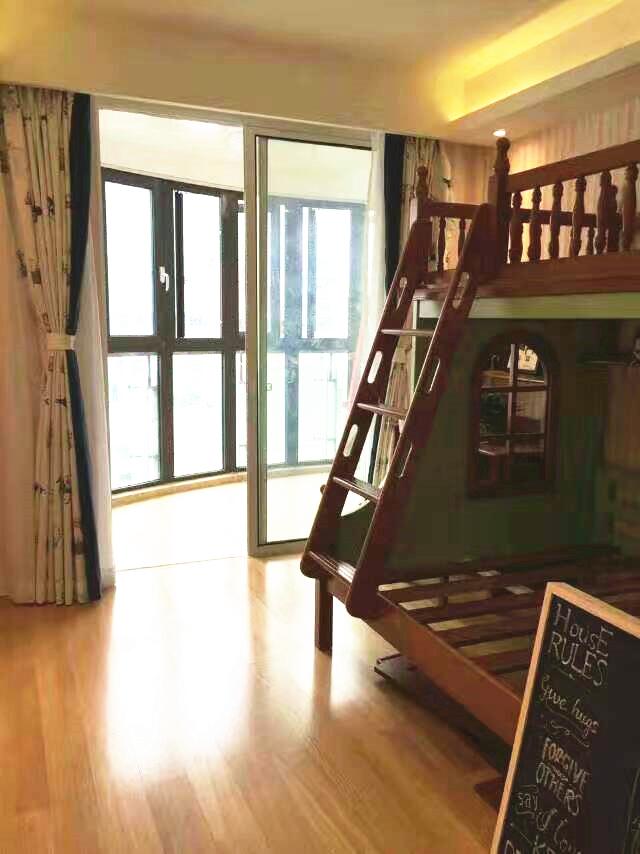 儿童房还带有一个半圆形阳台,非常宽敞,日后也可以设计成一个小书房。