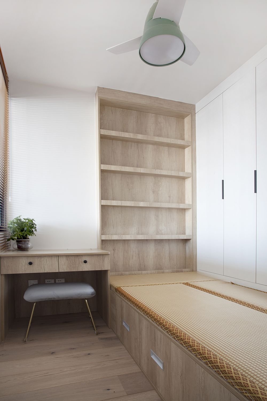 侧卧榻榻米设计自然舒适,简约而又不简单,衣柜、书柜写字桌一体化设计提升空间秩序感。