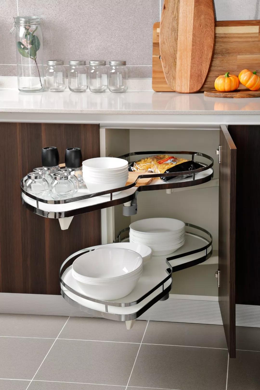 厨房设计非常注重收纳,除了地柜+吊柜超强收纳之外,转角柜又做了转角飞碟的设计,一推一拉,方便快捷。