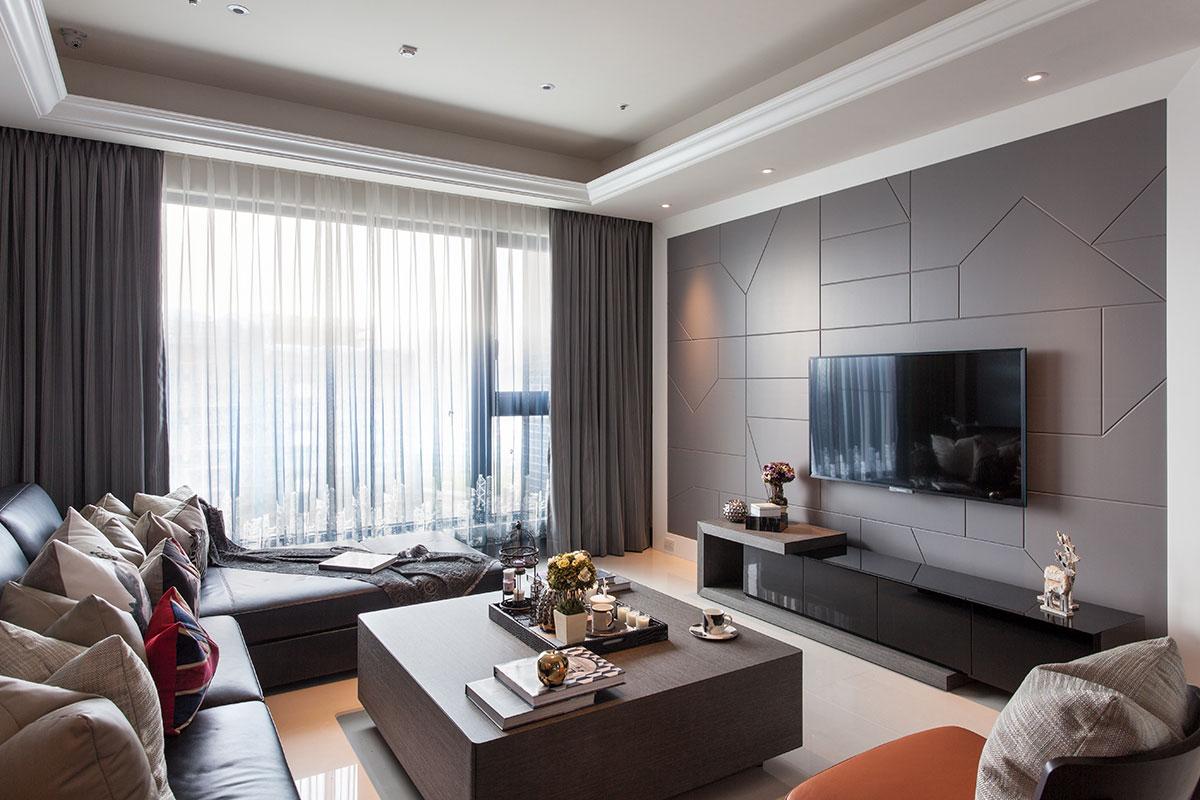 深灰色电视背景墙,非常有质感,客厅大窗户采光很好,室内光线充足。