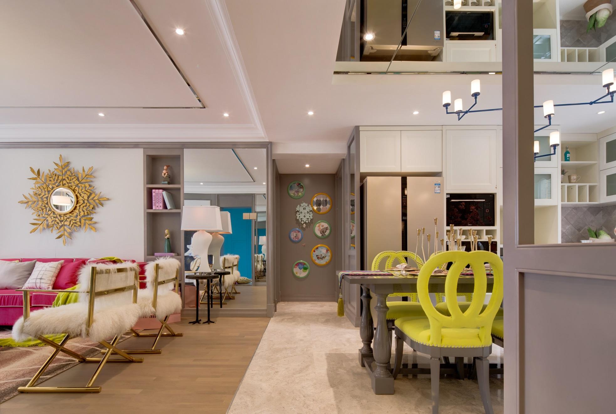 餐厅在客厅一侧,空间使用吊顶和地砖划分功能区,打造出充满活力的欧式居室。