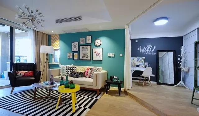 吊灯、射灯、落地灯,用不同的灯光打造客厅氛围。