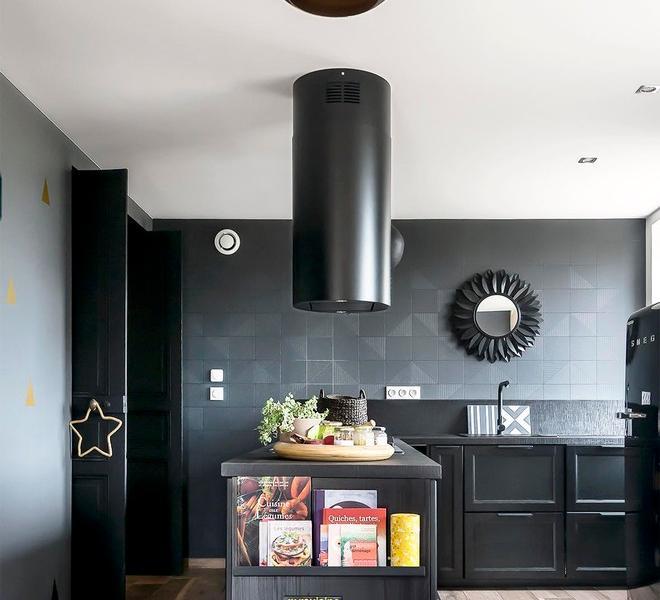 L型开放式厨房,格调清晰,黑色也始终是精致的典范,也更耐脏。