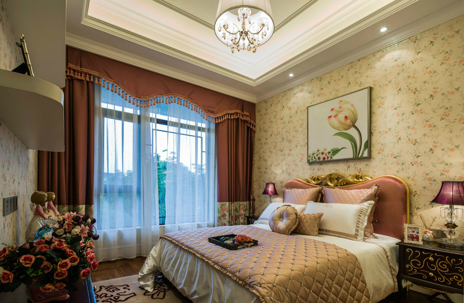 卧室一般也会使用浅色调,不会用复杂或是深沉的颜色破坏整体的风格。