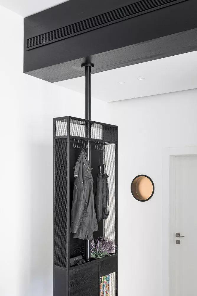 在电视柜的另一头 ,有一个储物柜,与其他家具不同的是它可 360° 左右旋转。