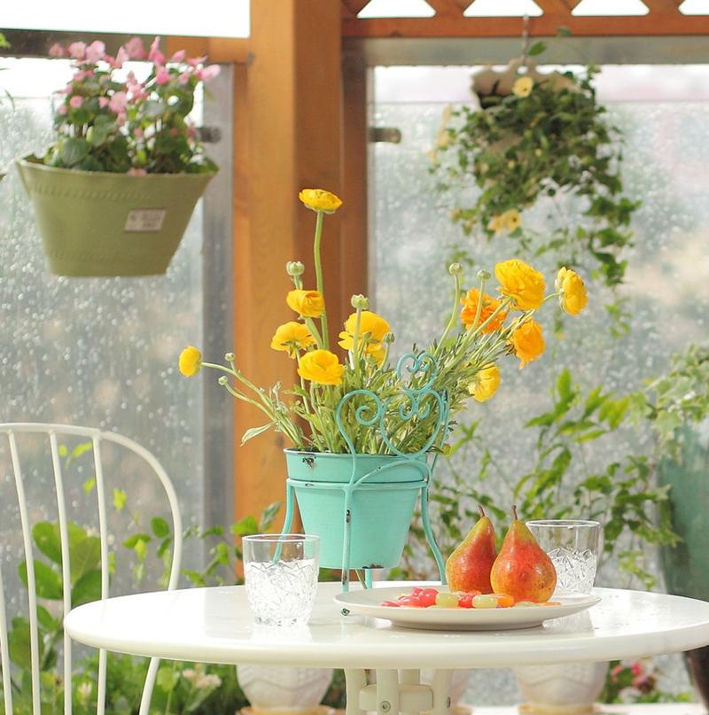 阳台上的欧式小桌椅,加上吊兰式绿植,把惬意生活融入地中海浓郁里。