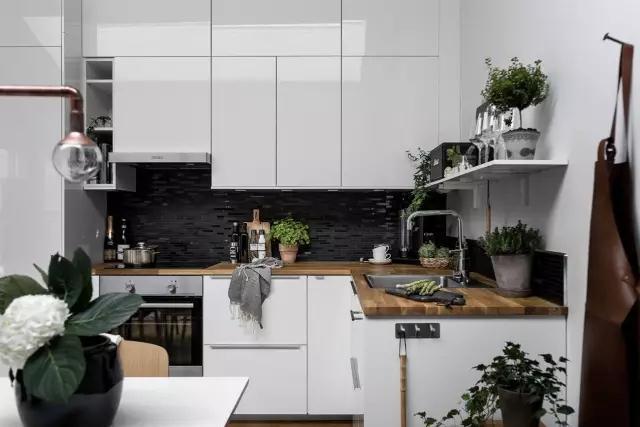 开放式的厨房和餐厅延续了客厅的设计,以白色为主的空间加上四周的玻璃窗以及天窗的设计,让室内光线极为良