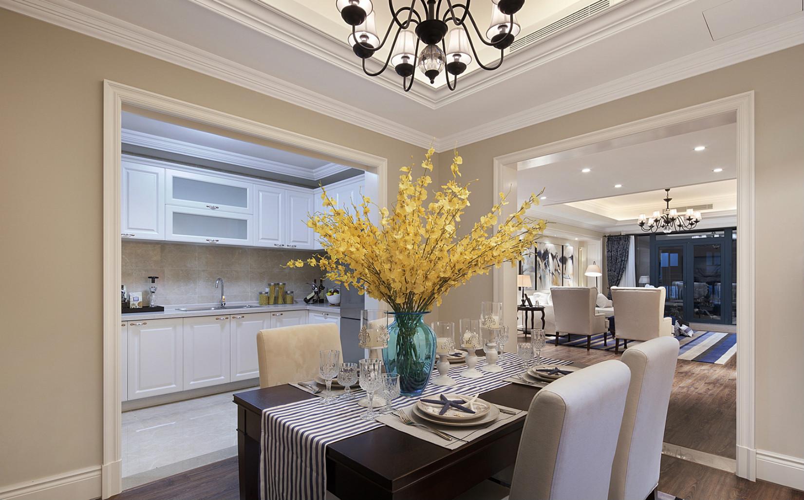 餐厅深色质感的餐椅搭配造型精美的吊灯,营造了舒心雅致的就餐氛围