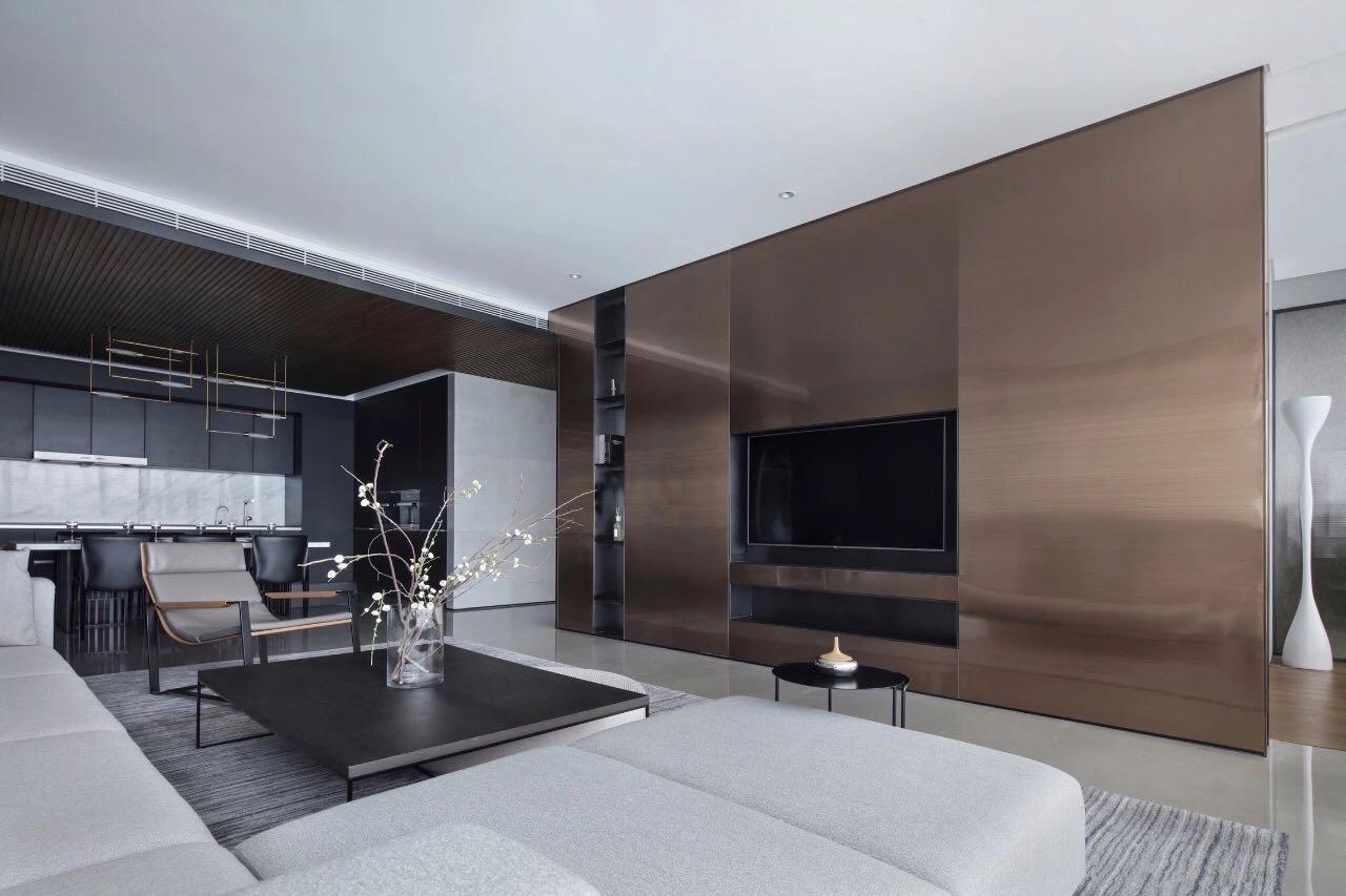 咖色的电视机背景设计,使空间显得更加現代,搭配收纳柜设计,营造了一个功能齐全、大气舒适的客厅空间。