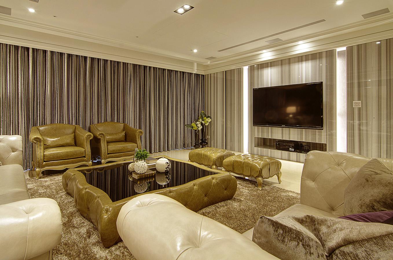 整墙面的玻璃窗,无尽的光线投入到室内;石材天然融和木质纹理的电视背景,奢华、档次和品位尽情流淌出来。