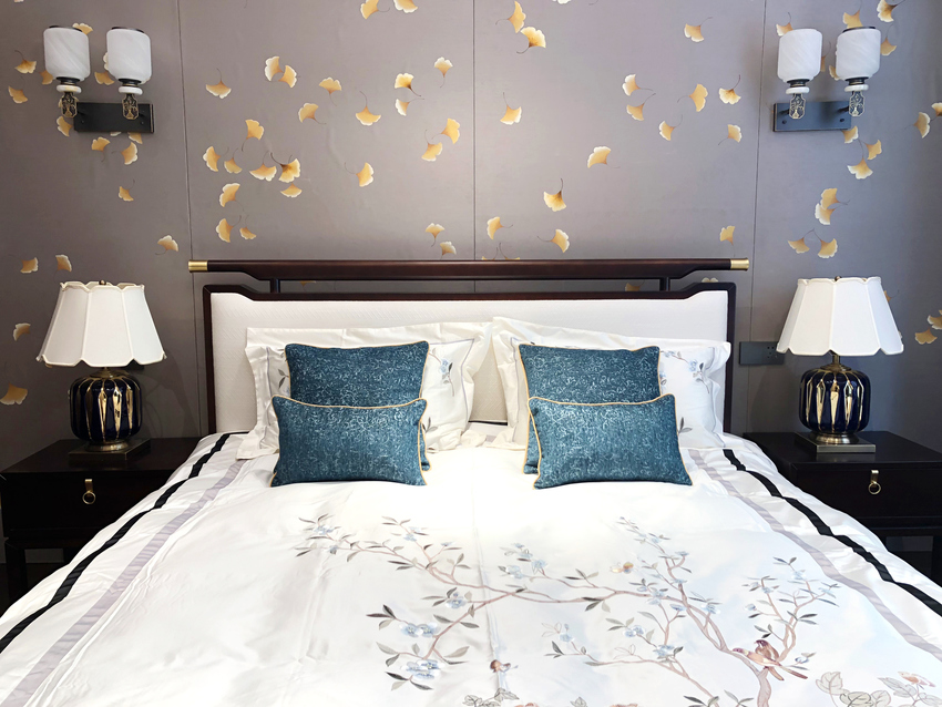 卧室里还是少不了通过背景墙的黄色银杏叶进行点缀,白色的描边,使银杏叶更亮丽富贵。