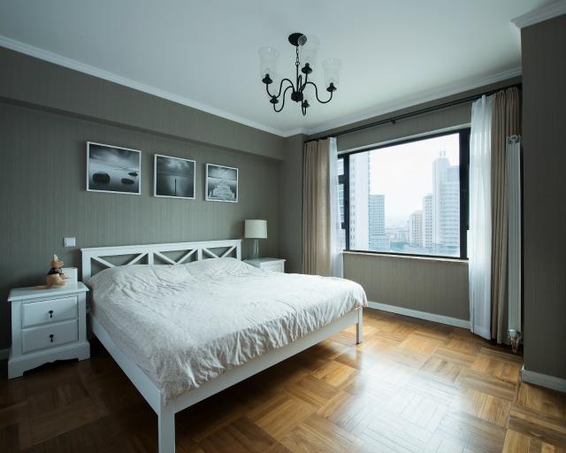 整体卧室外形时尚简约,淡淡的灰色外观高雅别致,同样非常吸引人的眼球。