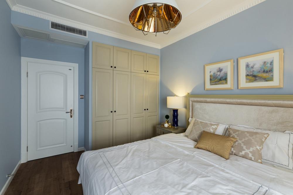 欧式床头与典雅大气,在蓝色素雅的空间中透着温暖的气息,营造出极具包容性的欧式空间。