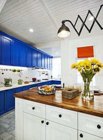 餐桌直接用开放式厨房中岛代替,下面一组柜子极大的丰富了储物空间。