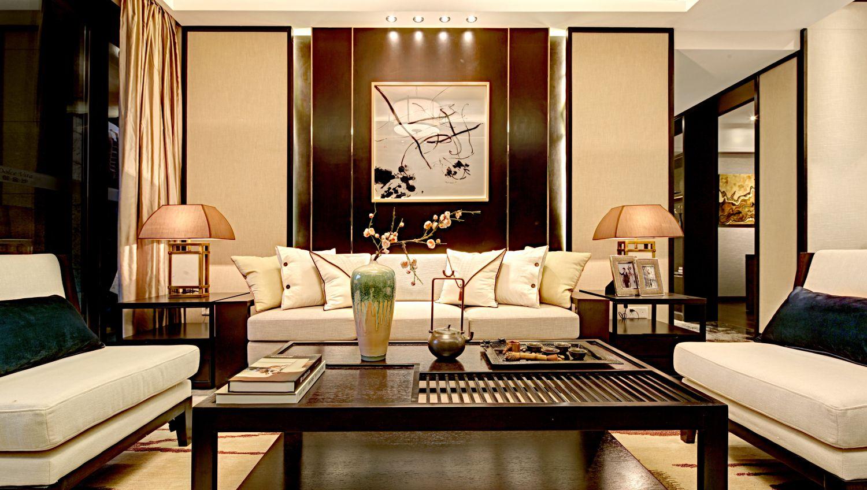 休息室的沙发宽大而舒适,背景墙很是奢华大气