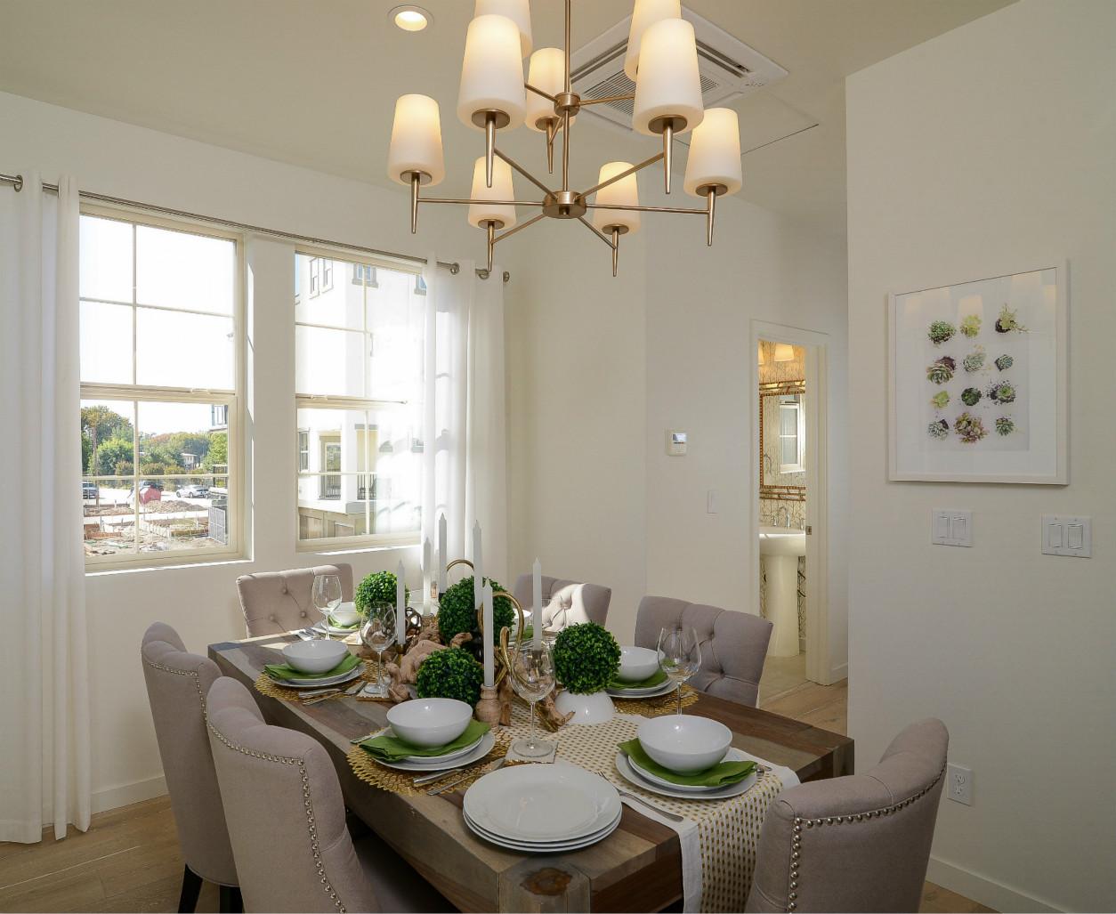 白色的窗帘、墙壁与浅色的皮质桌椅很搭配,带有金边的皮质椅子与陶瓷碗盘,彰显着一家的富贵。