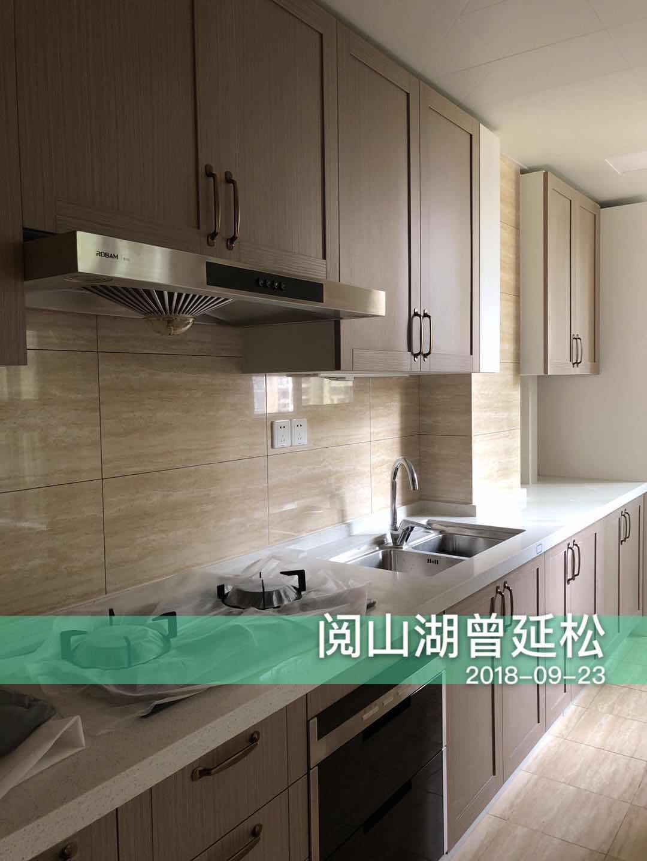 一字型橱柜是小户型常见的设计,吊柜与地柜满足了日常收纳需求,浅色地砖与墙壁让视觉更加宽阔。