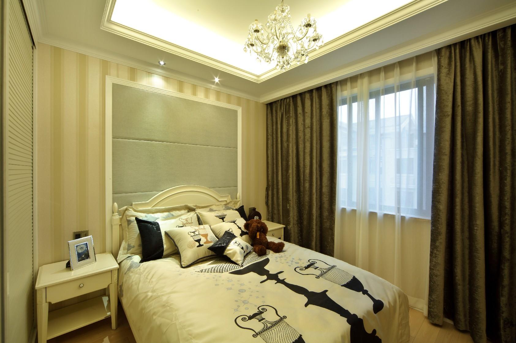 深色系的背景墙和浅色系的软装、家居搭配起来,形成一种对比感。
