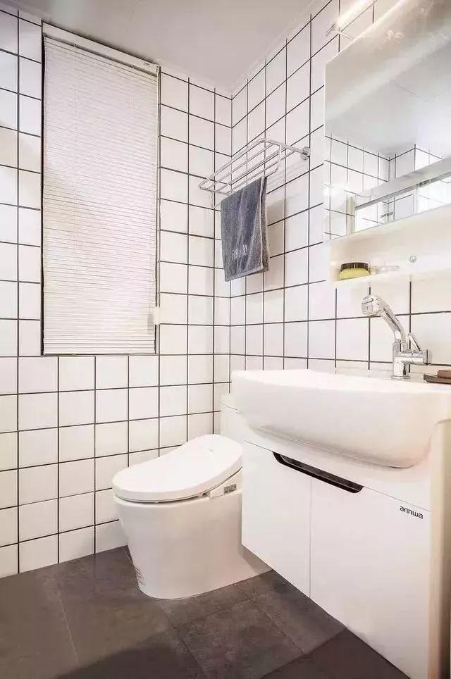 卫生间墙面同样采用小白砖铺贴,打造简约又时尚的卫浴空间。