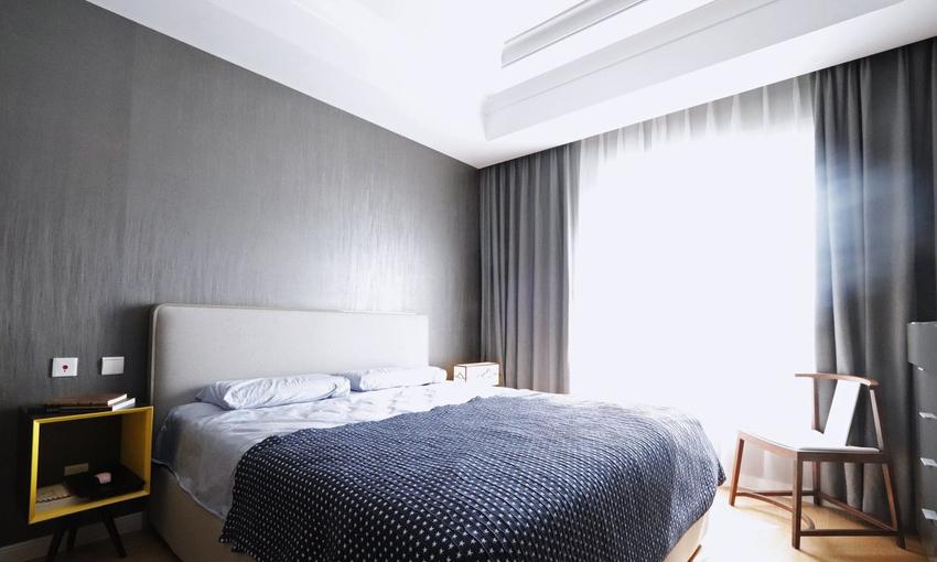 深灰色带有丝光纹理的壁纸搭配深灰色窗帘,营造安静的休息氛围。