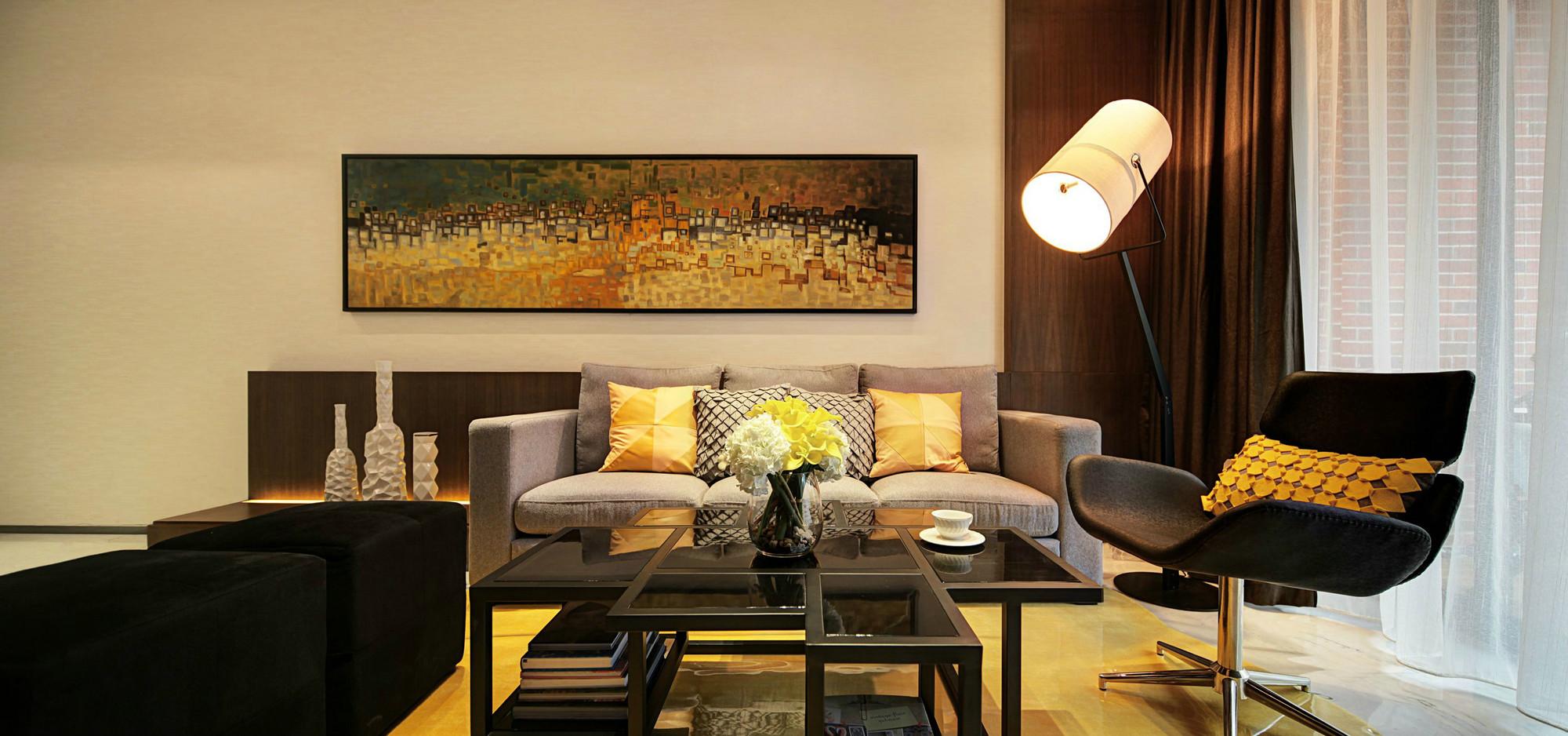 客厅的顶面华丽灯池装饰,简约中的硬朗感