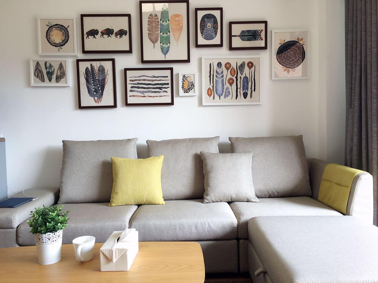 客厅的整体空间色调为冷灰色,冷灰色调是北欧风格中的常用色调,搭配得当的话十分彰显品位。