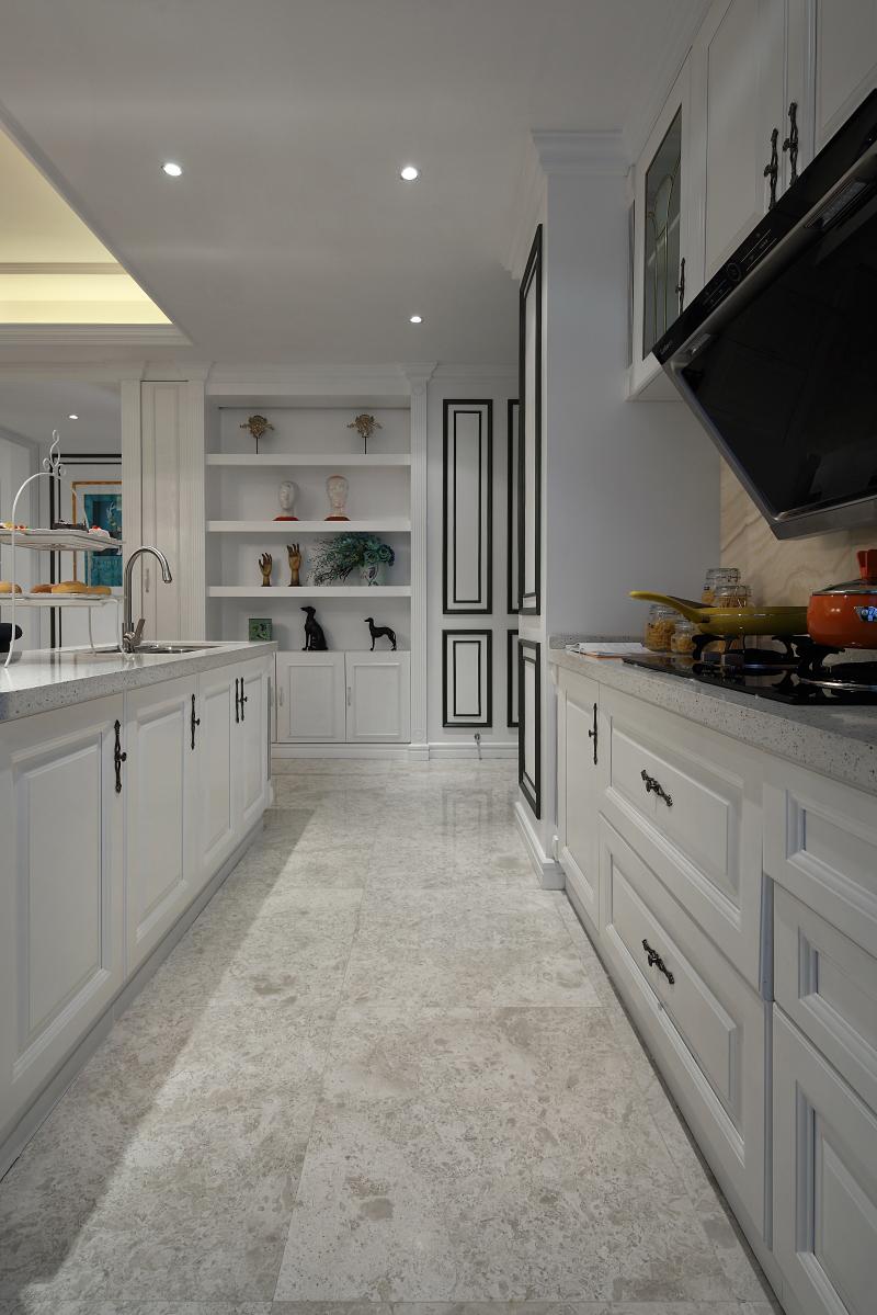 厨房白色橱柜搭配白色质感地砖,一派优雅的氛围;开放式设计让空间更富有通透性,开阔的空间让做饭不再枯燥