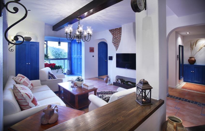 进门处,设计半高鞋柜与客厅相隔充当玄关,整个家里房门、柜门都是统一蓝色处理。